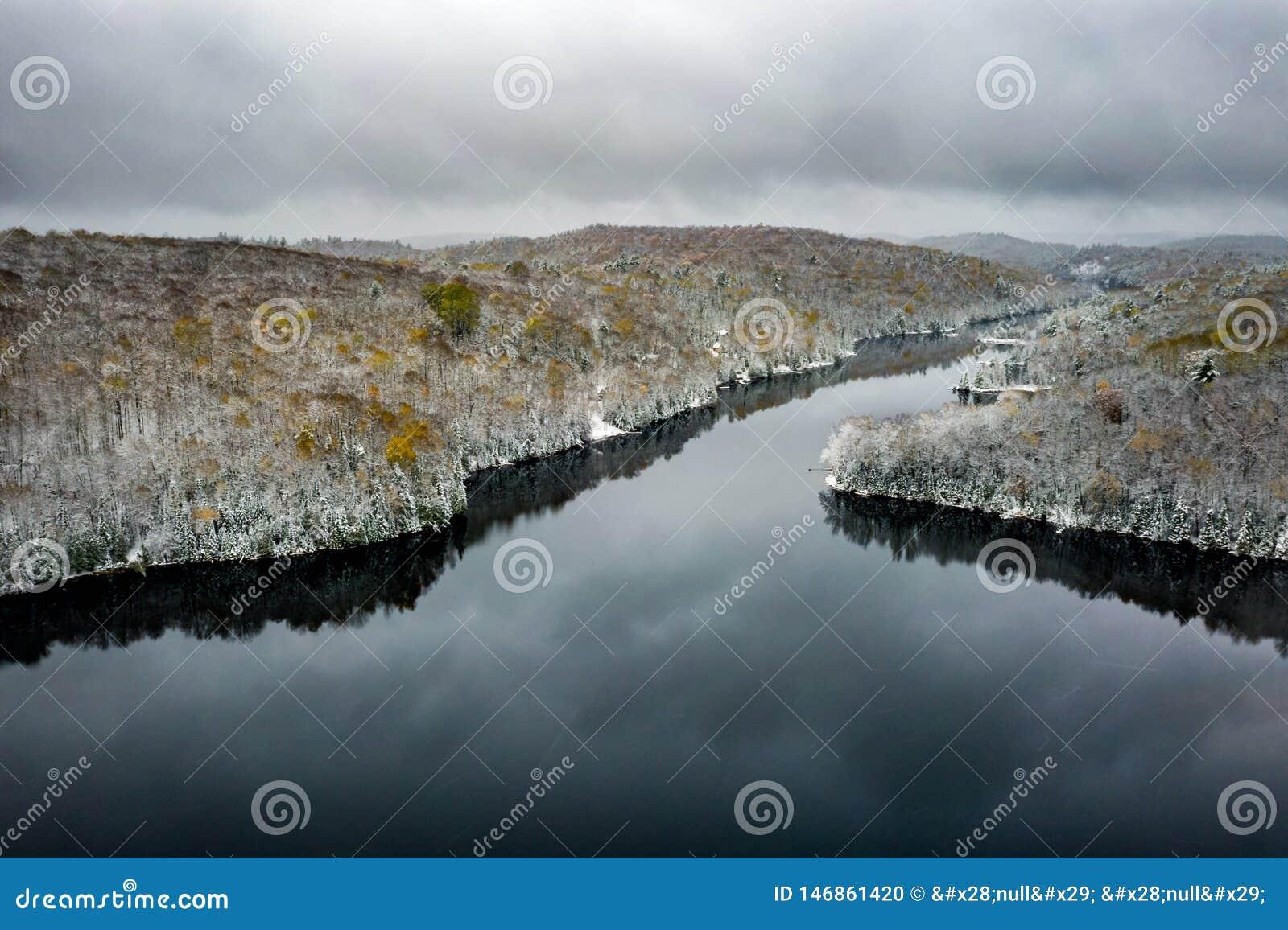 Jezioro i lasowa zbli?a zima