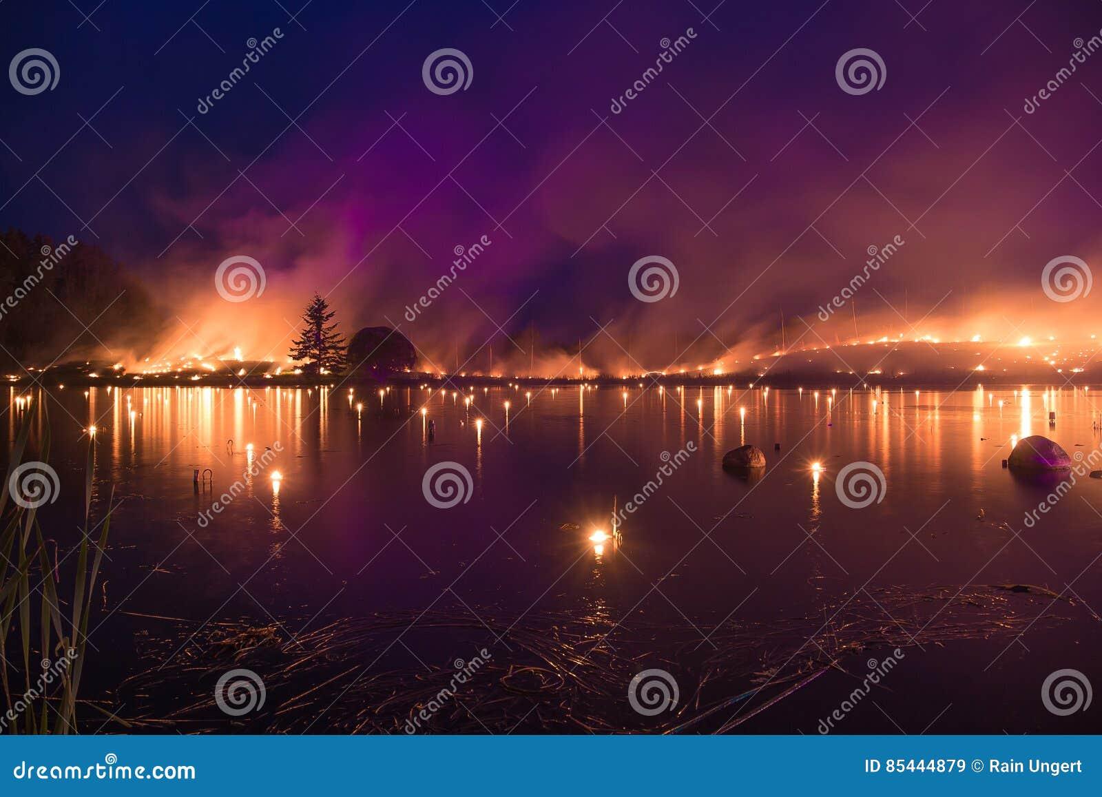 Jezioro na płomieniach - palić trawy pożarniczego przedstawienie