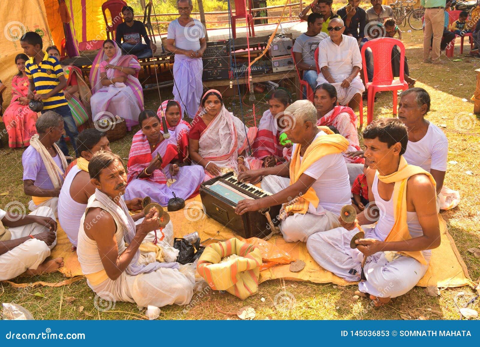 Jhargram, Bengal ocidental, ?ndia - 23 de novembro de 2018: O grupo que de Krishna da lebre os cantos igualmente chamaram kirtan