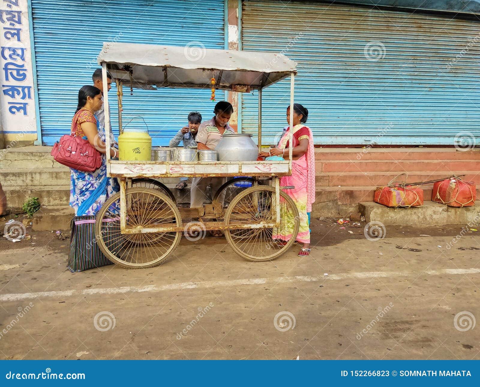 Jhargram, le Bengale-Occidental, Inde - 5 mai 2018 : un vendeur de nourriture de rue vendait l edli, un chevet indien du sud de n