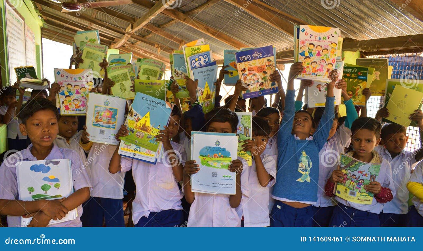 Jhargram västra Bengal, Indien - Januari 2, 2019: Den internationella bokdagen firades av studenterna av en grundskola för barn m