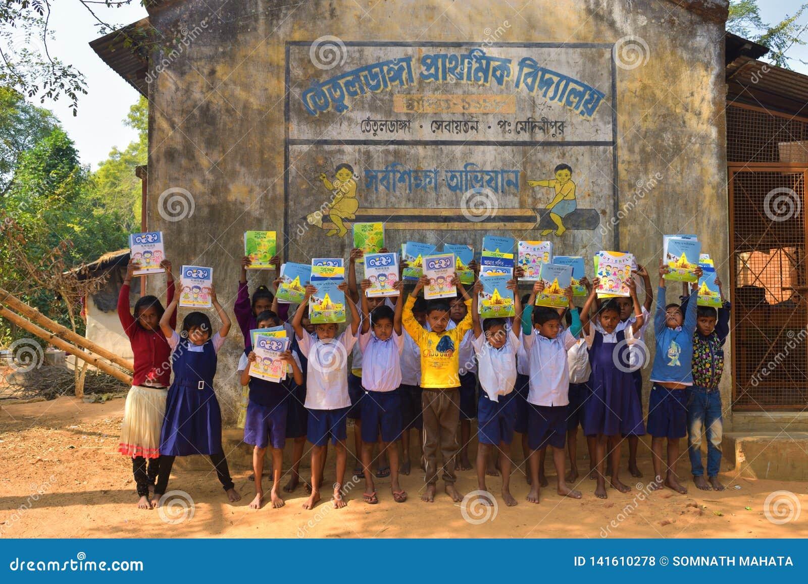 Jhargram, West-Bengalen, India - Januari 2, 2019: De internationale Boekdag werd gevierd door de studenten van een lage school me