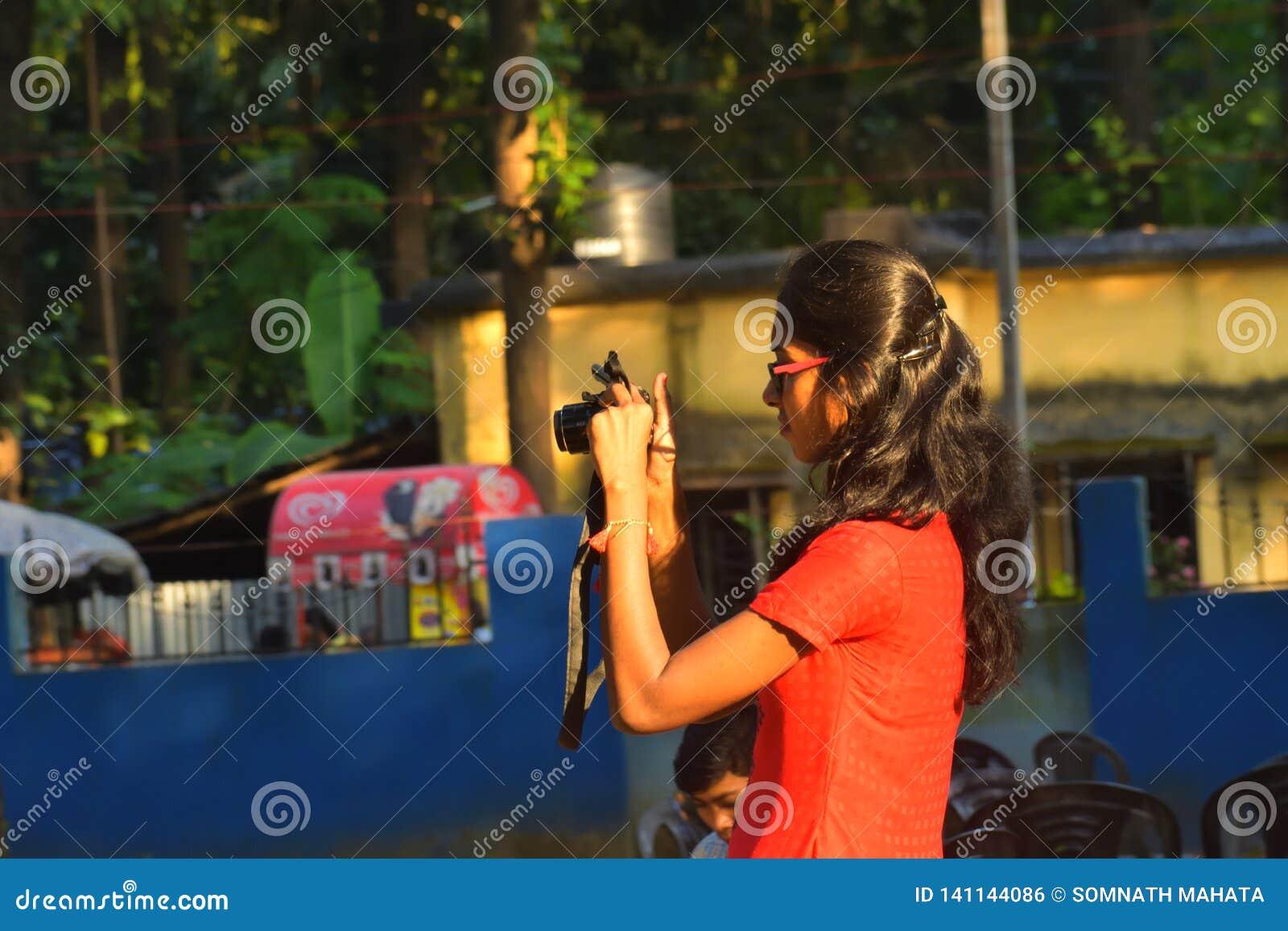 Jhargram, Westbengalen, Indien Oktober 17,2018: Eine Jugendliche, die versucht, Fotografie mit Kamera gefangenzunehmen