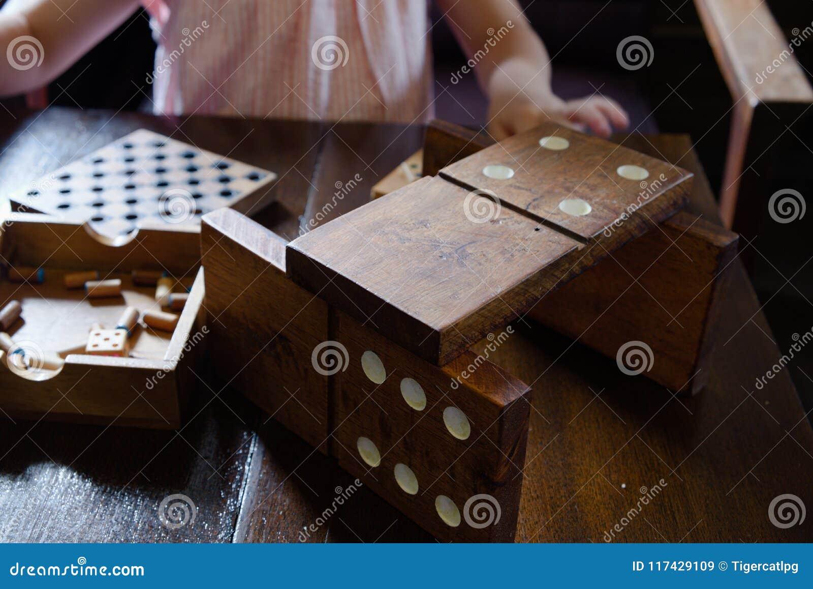 Jiant domina na drewnianym stole