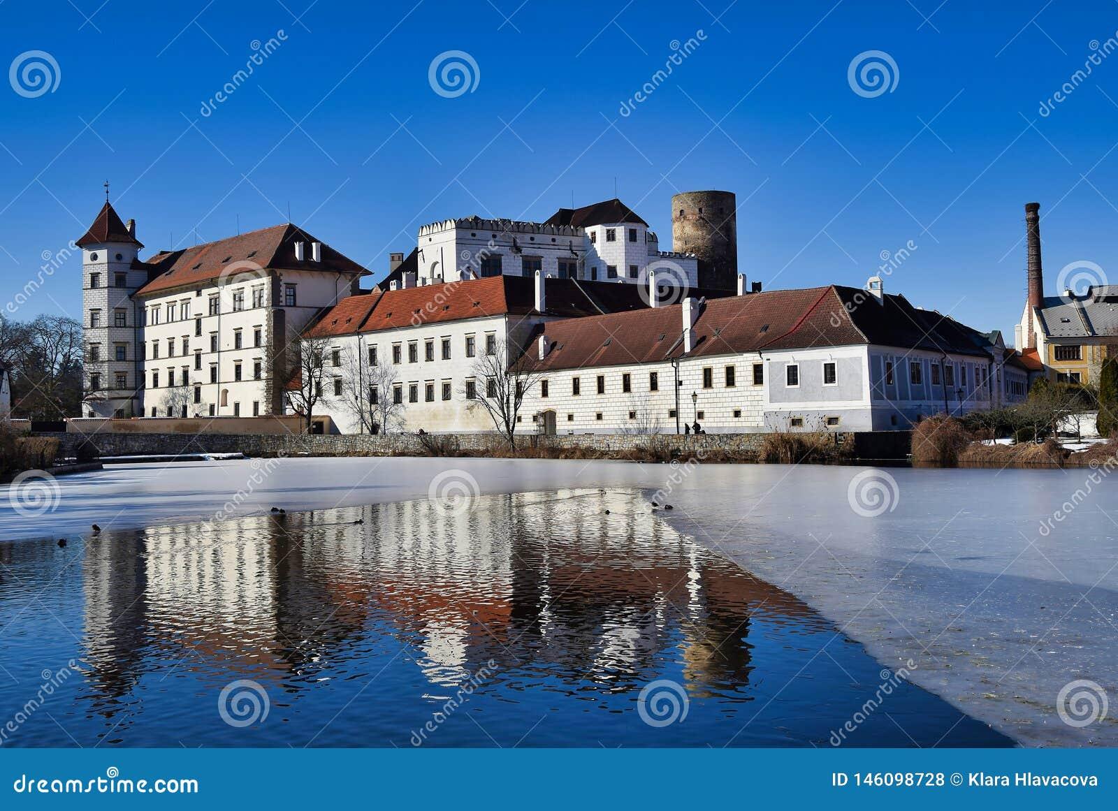 Jindrichuv hradec城堡-在vajgar池塘的看法
