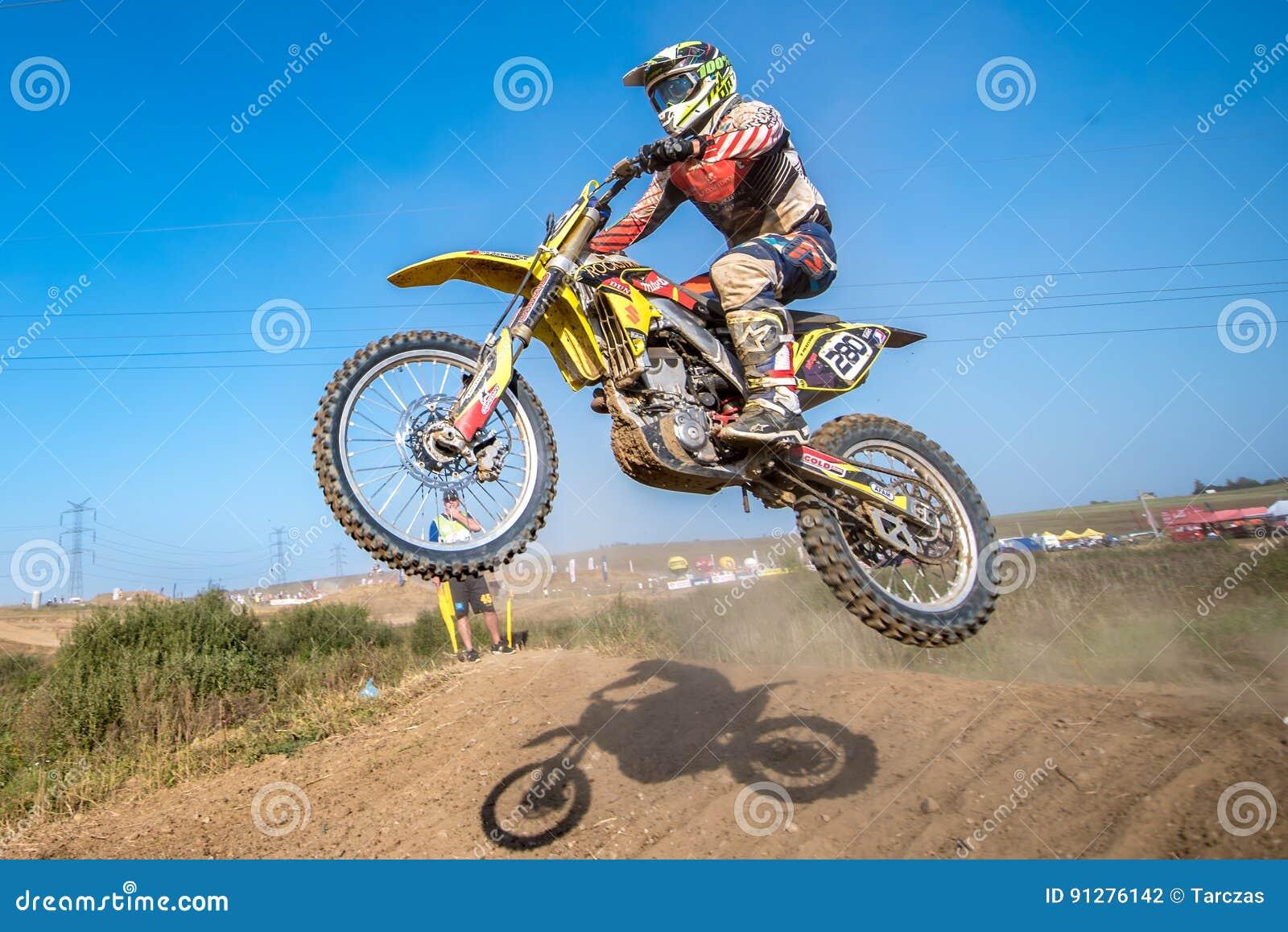 Jinete del motocrós en la raza