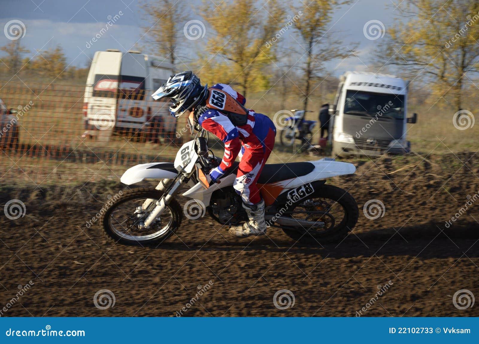 Jinete del motocrós que monta una situación de la vuelta