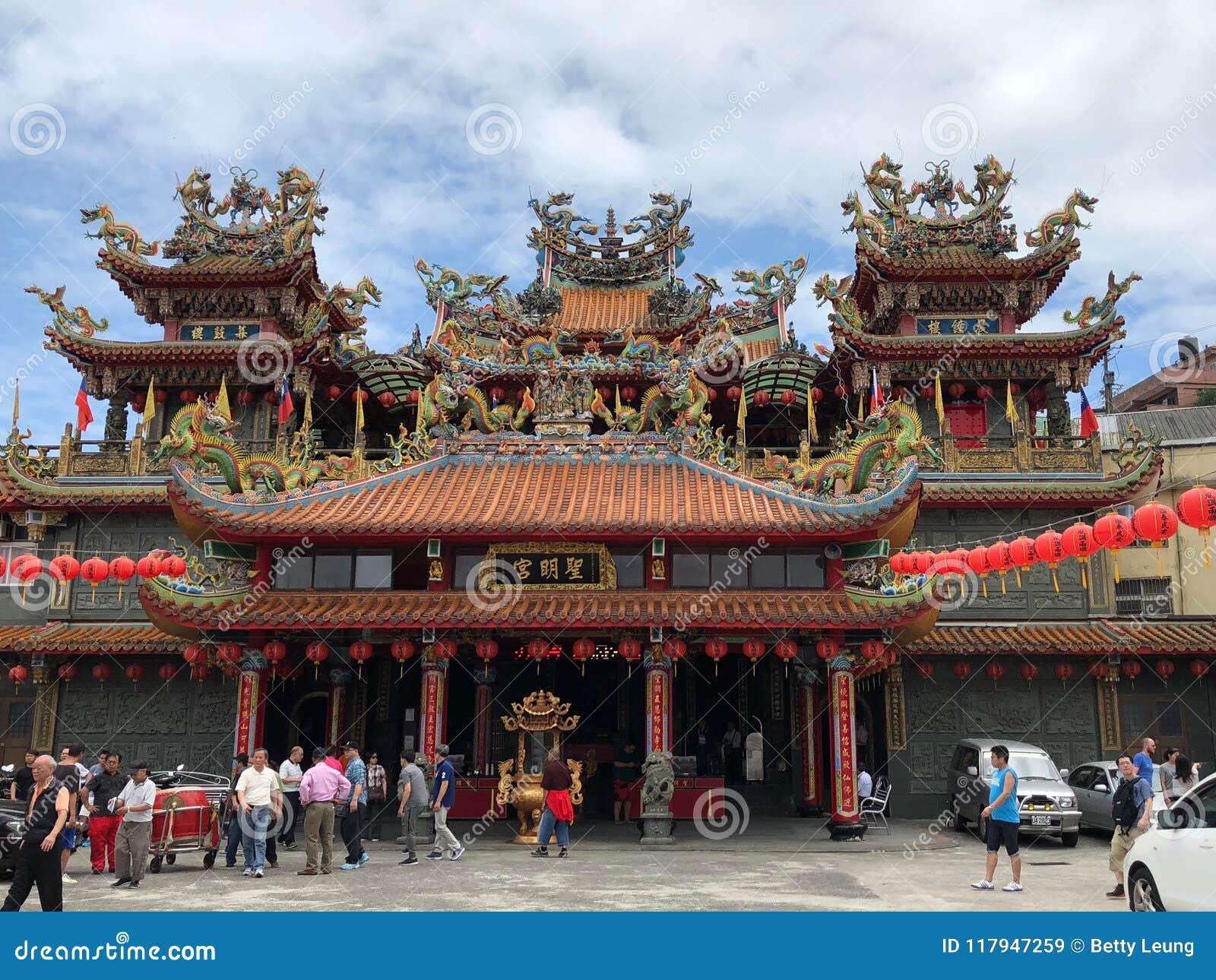 Jioufen, Taiwan - Mai 2018: Leute, die Buddha-` s Geburtstag am buddhistischen Tempel in Jioufen, Taiwan feiern