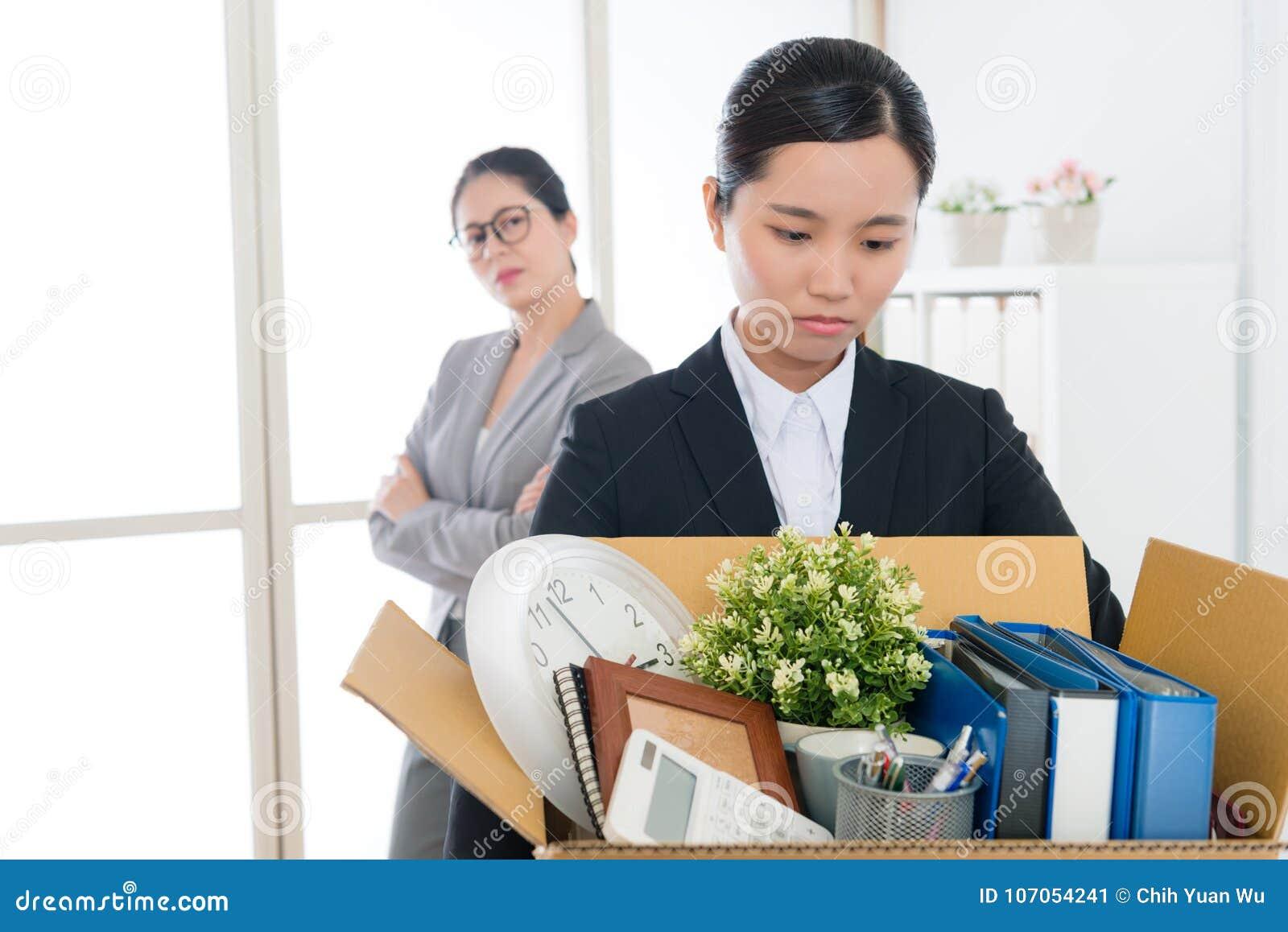 Jobb för företag för ledsen nätt flicka för kontorsarbetare förlorande