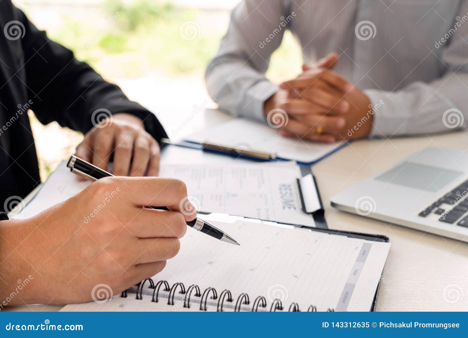 Jobbintervju och hyra den begrepps-, tidsbeställningskandidataffärsmannen som förklarar om hans profil, och svar till personalres