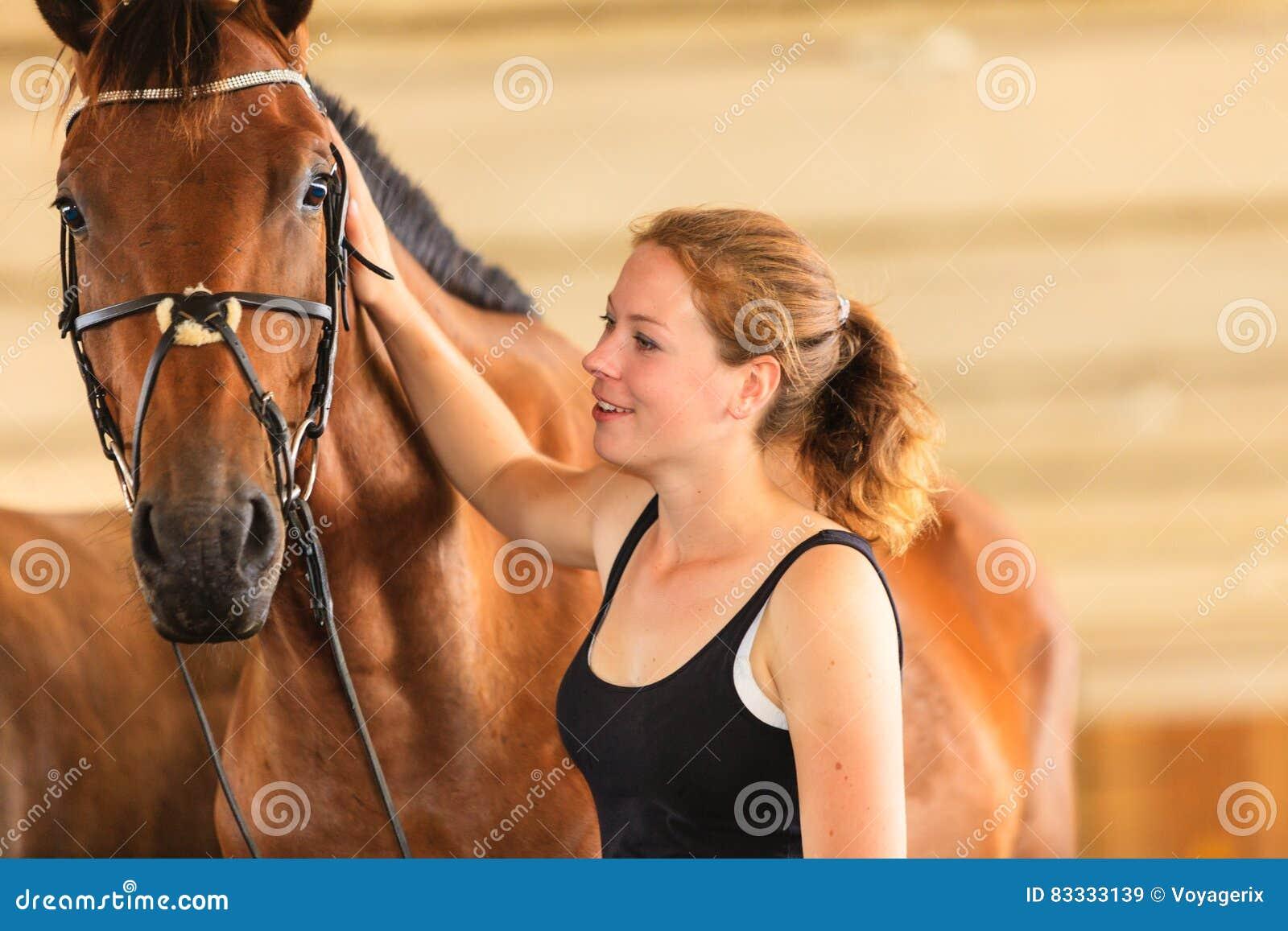 Νεαρό άλογο κορίτσι