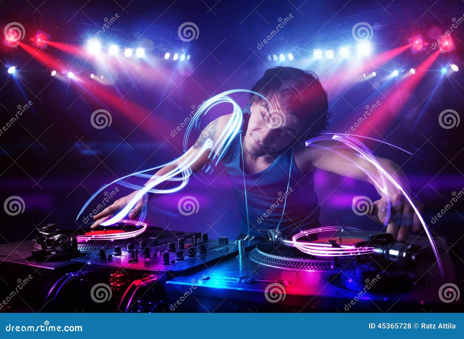 Jockey de disque jouant la musique avec des effets de faisceau lumineux sur l étape