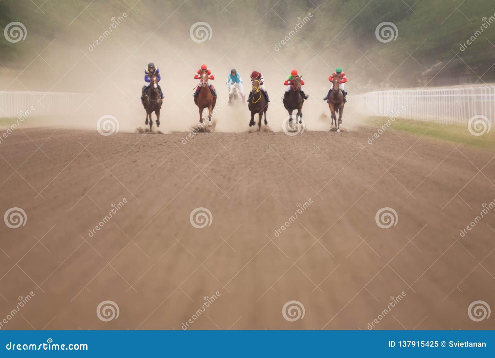 Jockeys tijdens paardenkoersen op zijn paarden