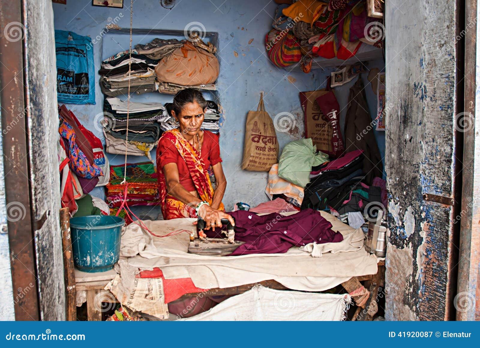 JODHPUR, ÍNDIA - SEPT 21: Trabalhe na rua, mulher indiana