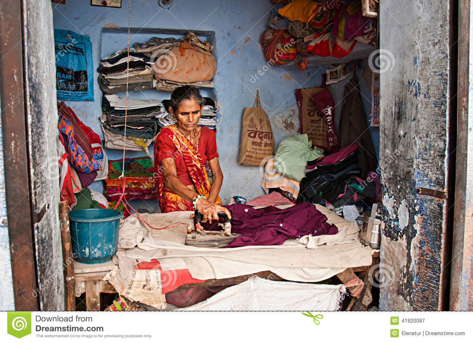 JODHPUR, LA INDIA - DE SEPT. EL 21: Trabaje en la calle, la mujer india