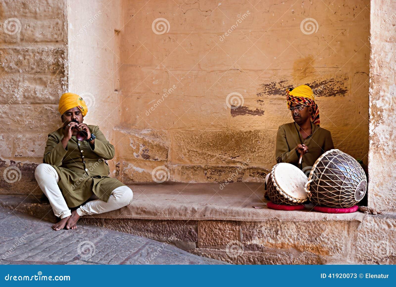 JODHPUR, LA INDIA - SERT 20: Músicos indios en vestido tradicional