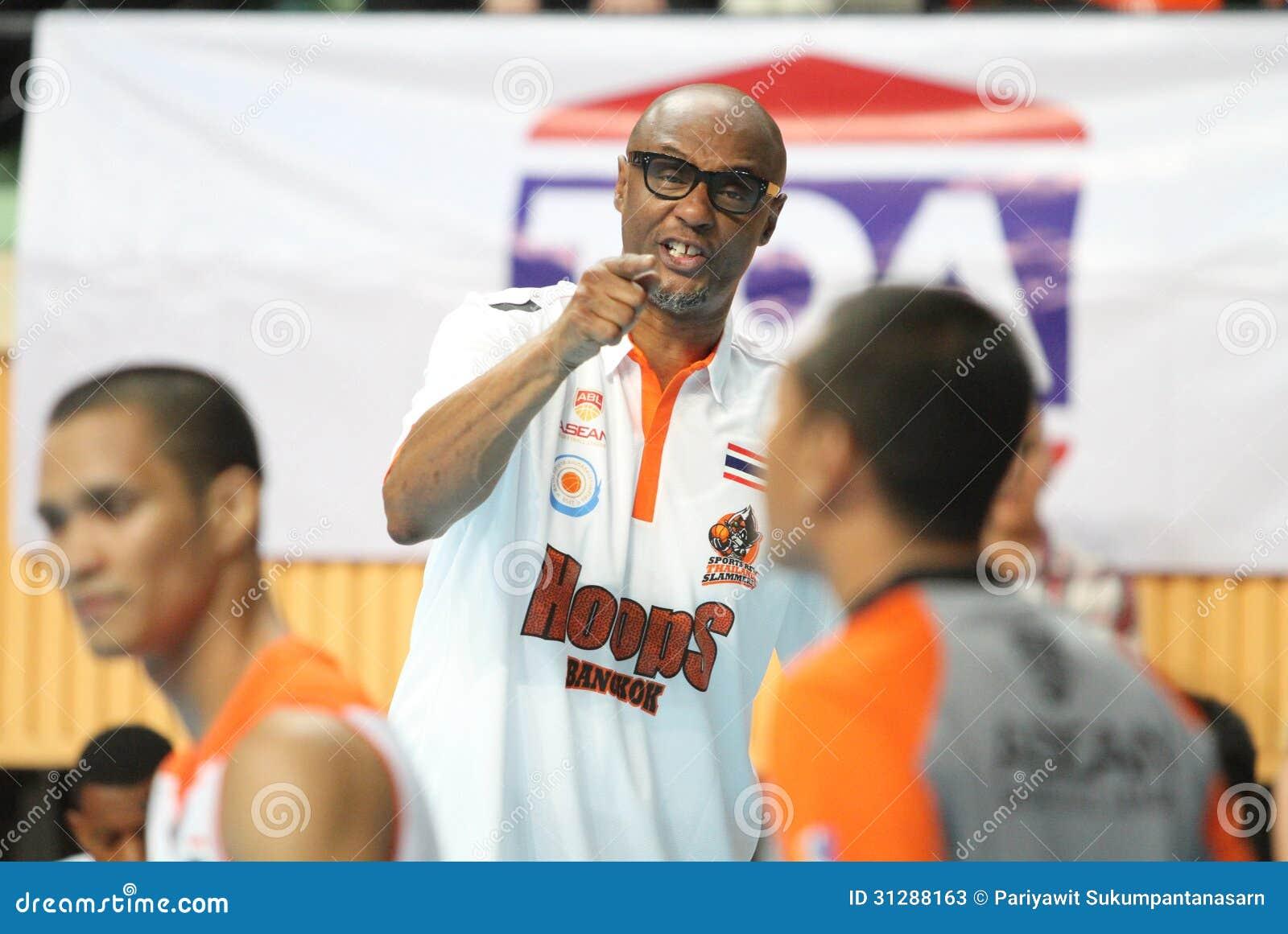 Joe Bryant huvudtränare av det sportvarvThailand Slammers samtalet med domaren i ASEAN-basketliga
