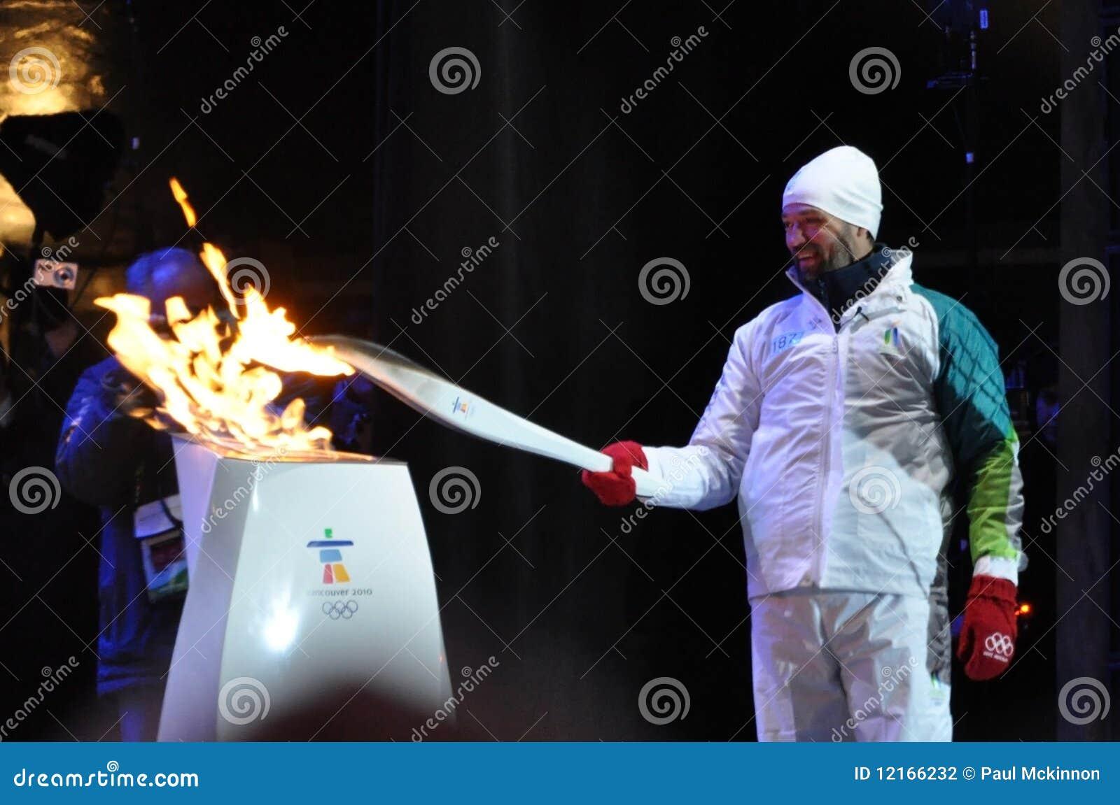 joe juneau allume la flamme olympique photographie ditorial image 12166232. Black Bedroom Furniture Sets. Home Design Ideas