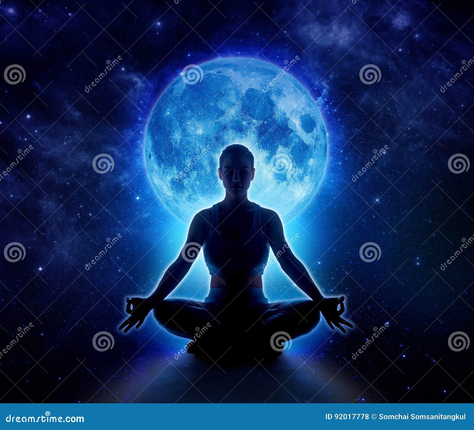 Joga kobieta w księżyc i gwiazdzie Medytaci dziewczyna w blasku księżyca