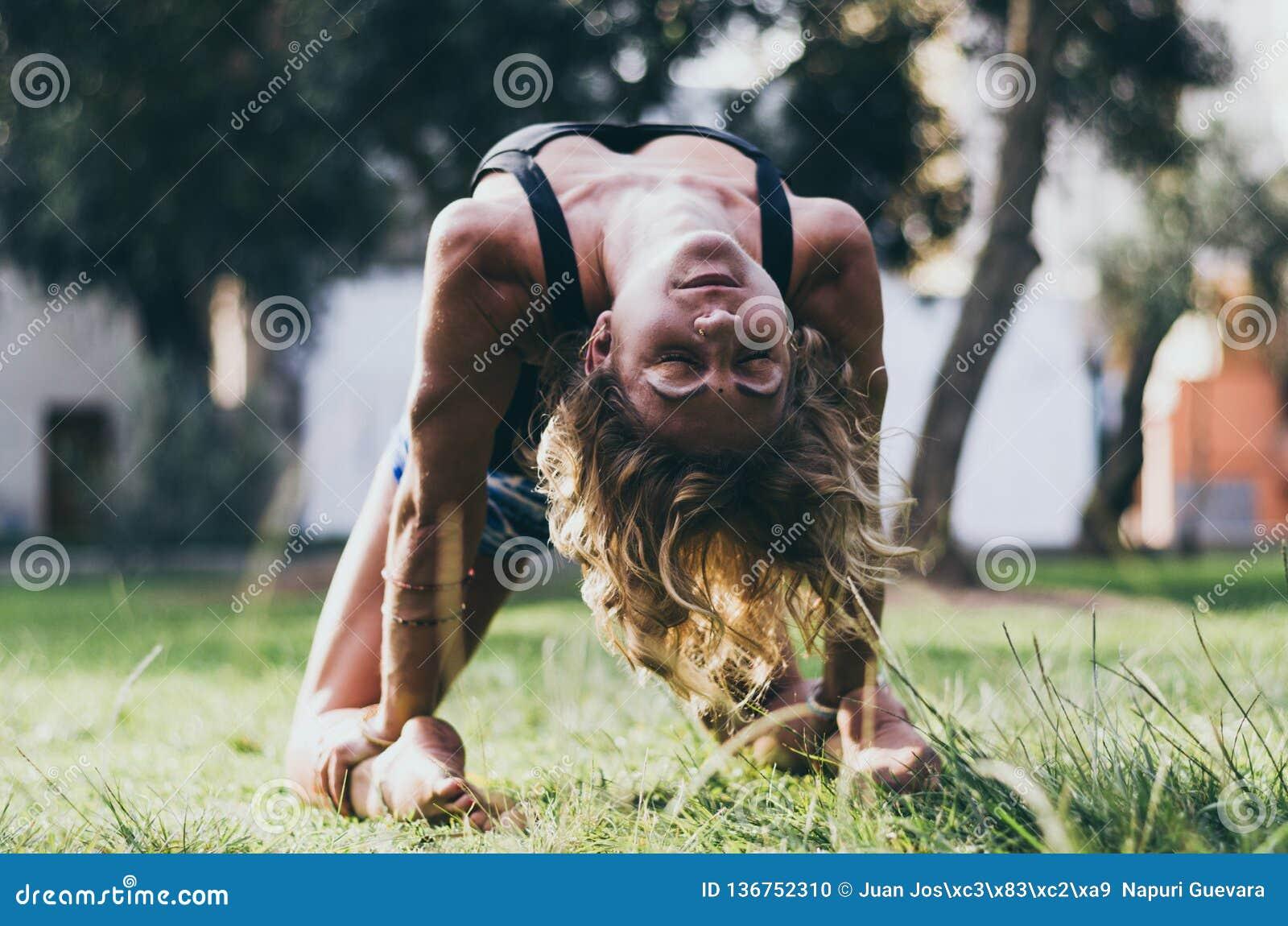 Joga - outdoors młody piękny nikły kobiety joga instruktor robi wielbłądziemu pozy Ustrasana asana ćwiczeniu outdoors