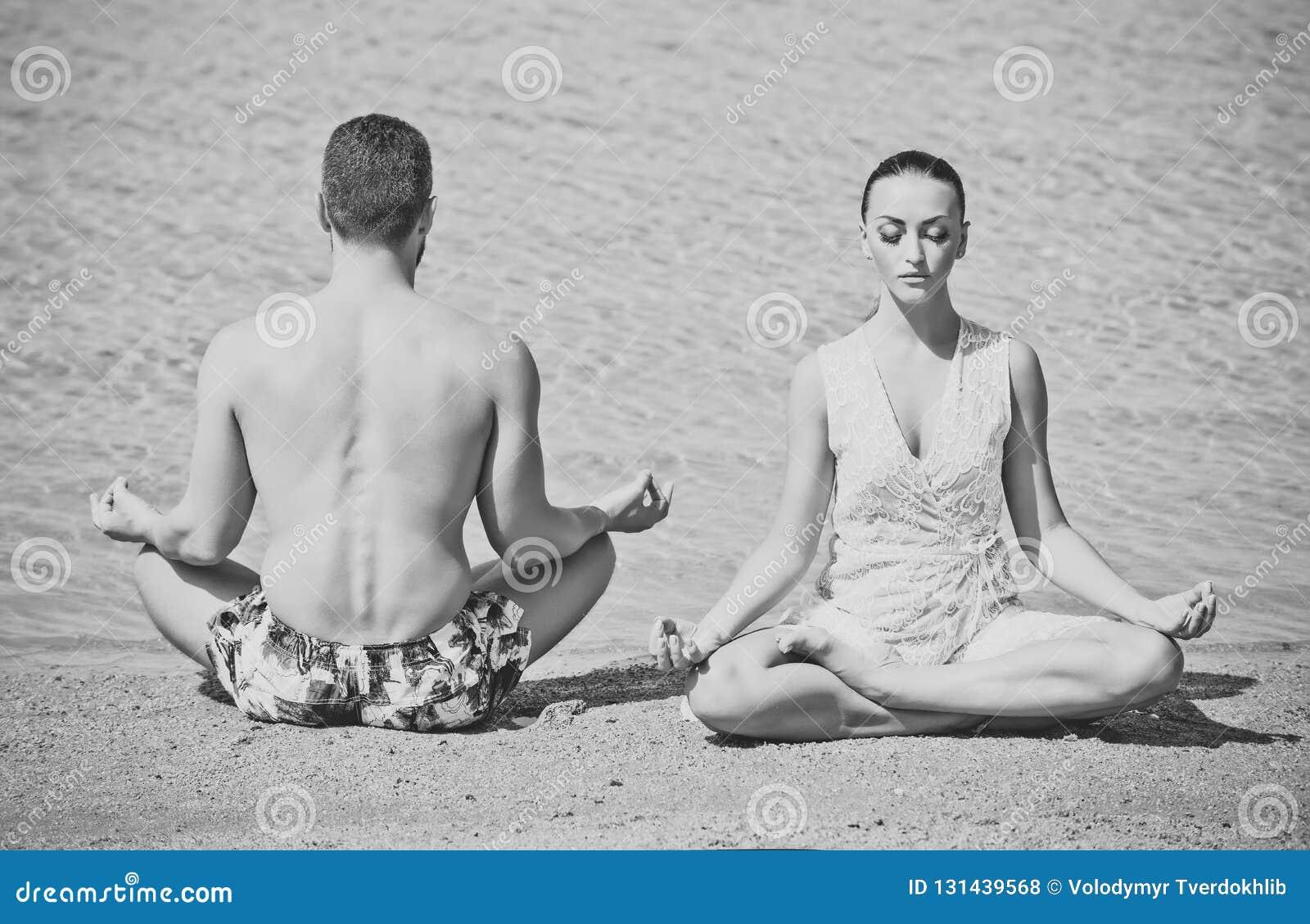 Joga para relaksuje robić medytaci na plaży