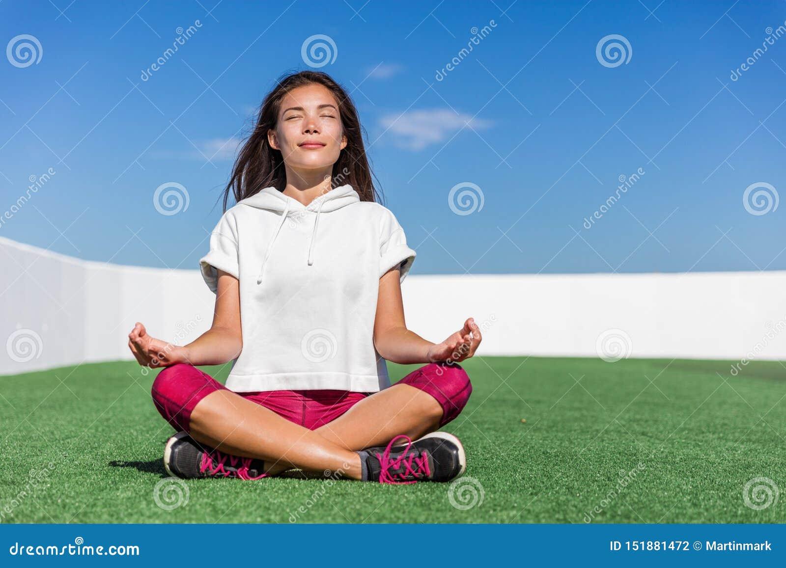 Joga sprawności fizycznej kobieta robi lato medytacji plenerowej
