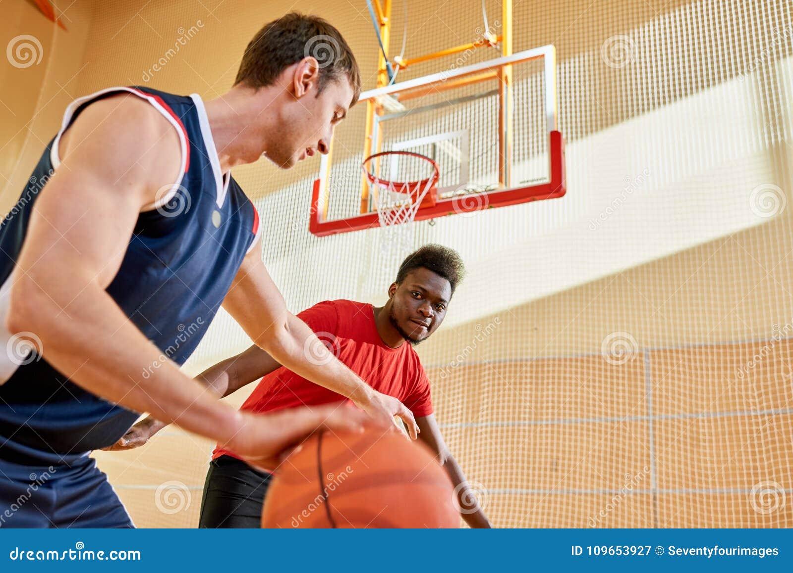 Jogador africano que protege sua cesta na corte