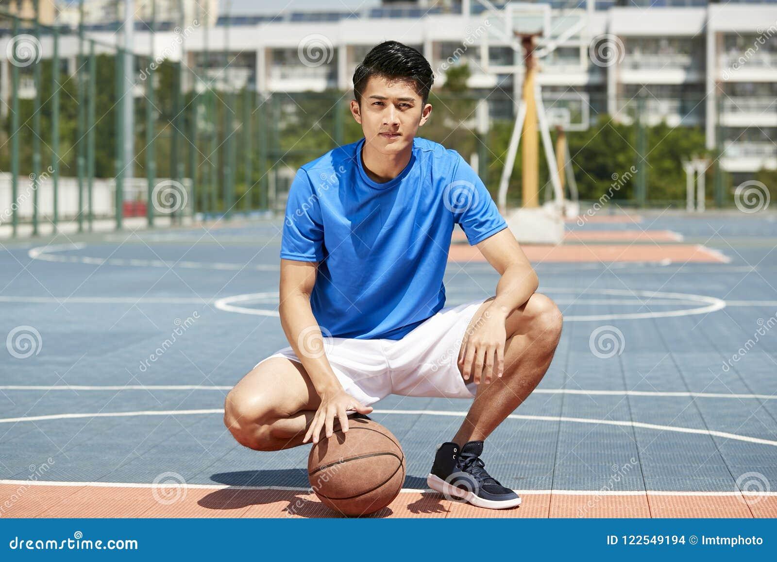 Jogador de basquetebol asiático novo