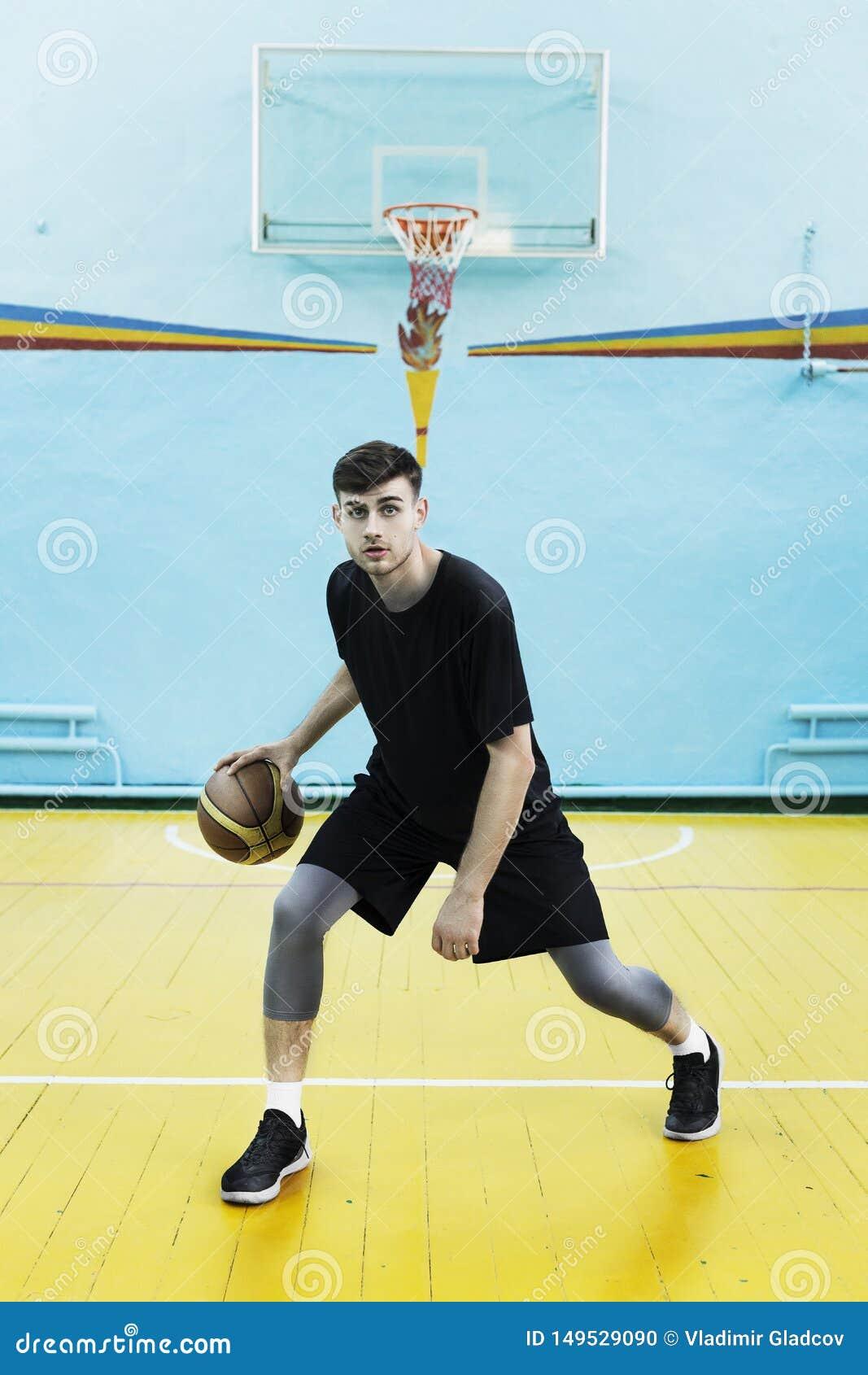 Jogador de basquetebol na a??o em um campo de b?squete