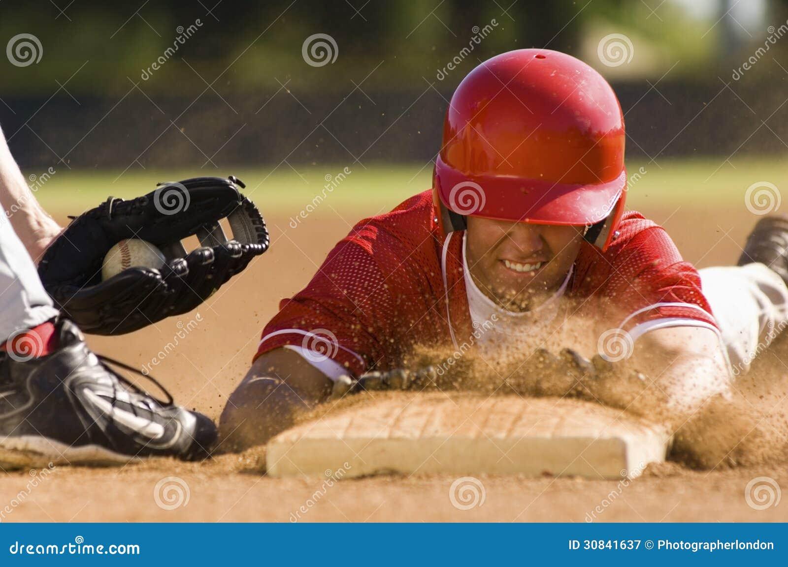 Jogador de beisebol que desliza na base