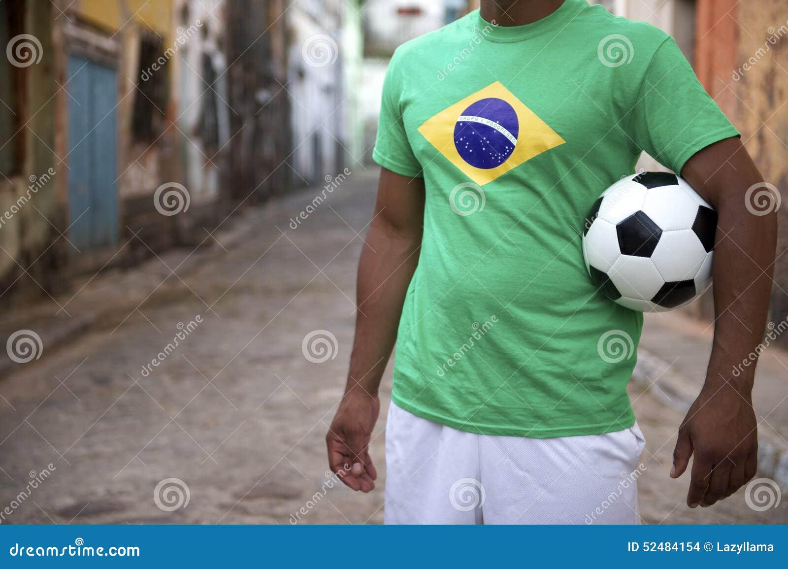 Jogador de futebol brasileiro da rua que guarda a bola de futebol