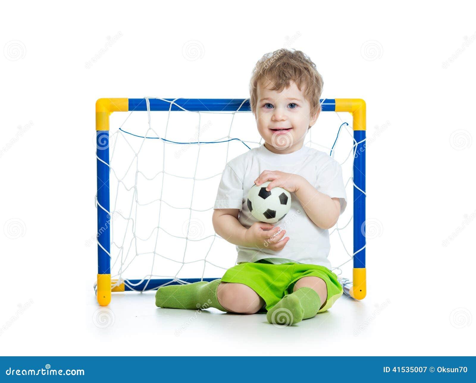 53422d50eb6f9 Jogador De Futebol Da Criança Que Guarda A Bola De Futebol Imagem de ...