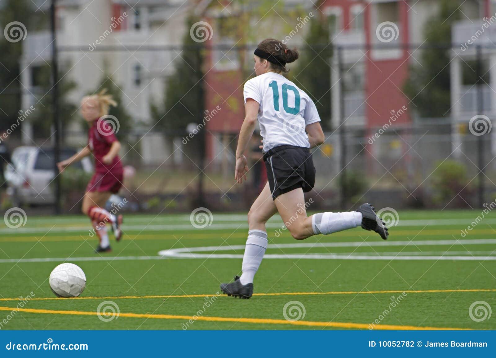 Jogador de futebol das meninas após a esfera