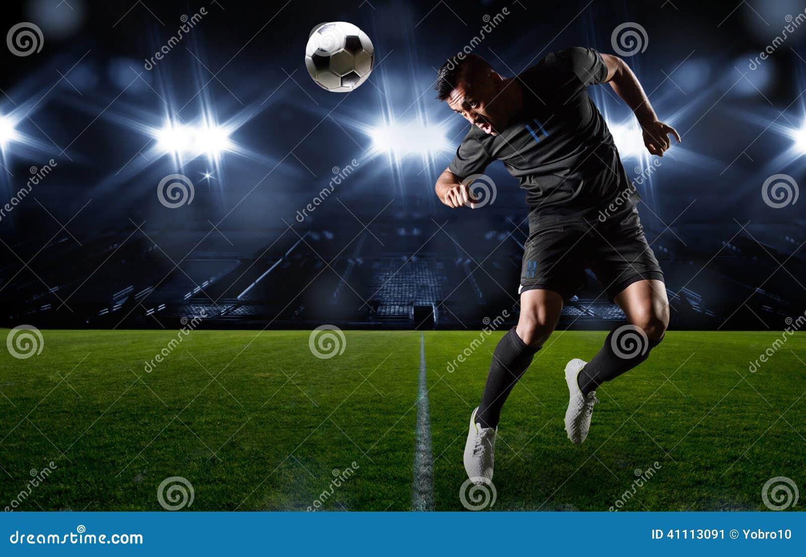 Jogador de futebol latino-americano que dirige a bola