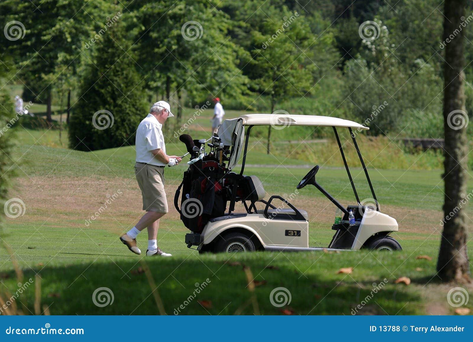 Jogador de golfe e carro de golfe