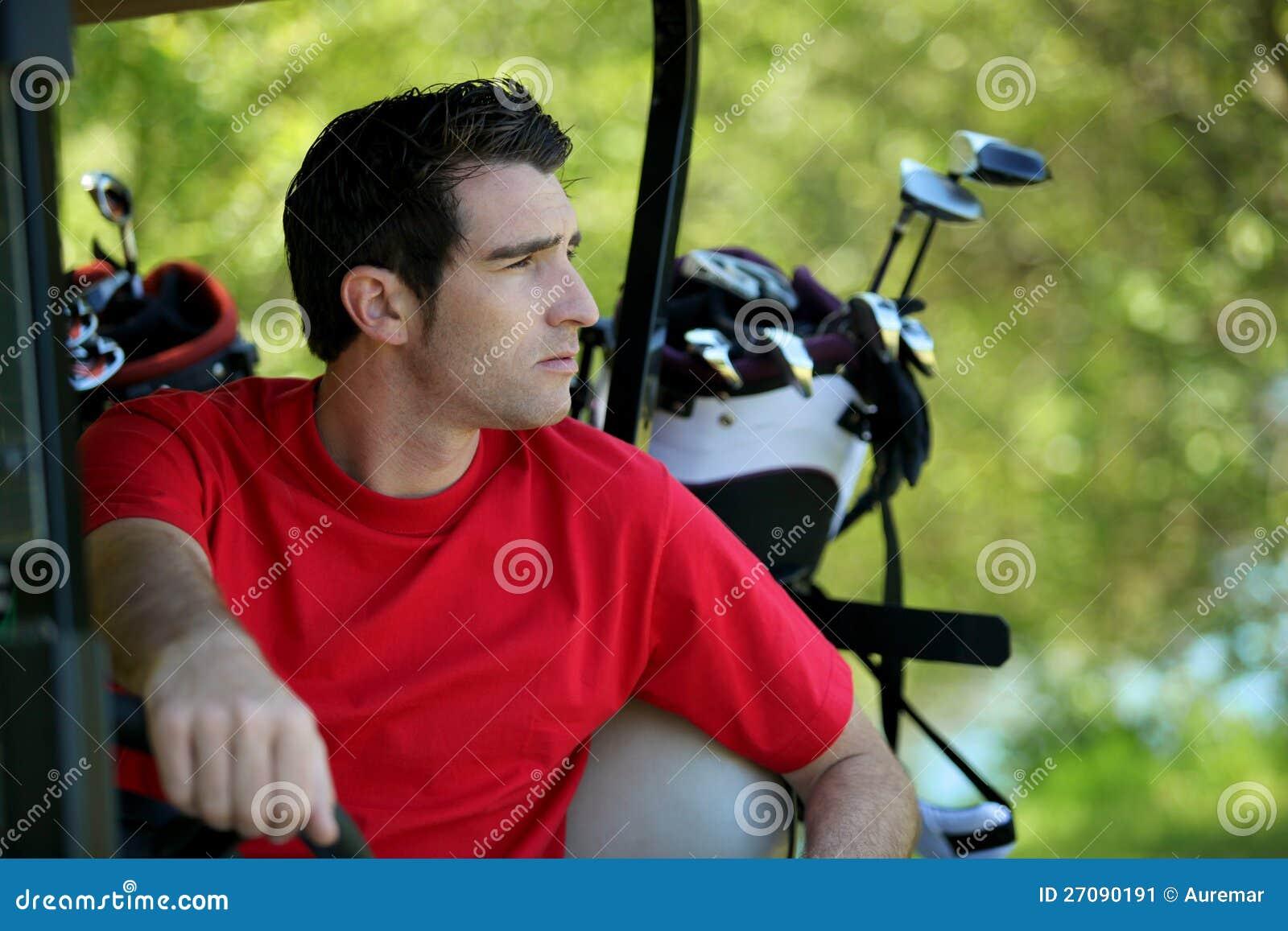 Jogador de golfe no buggy.