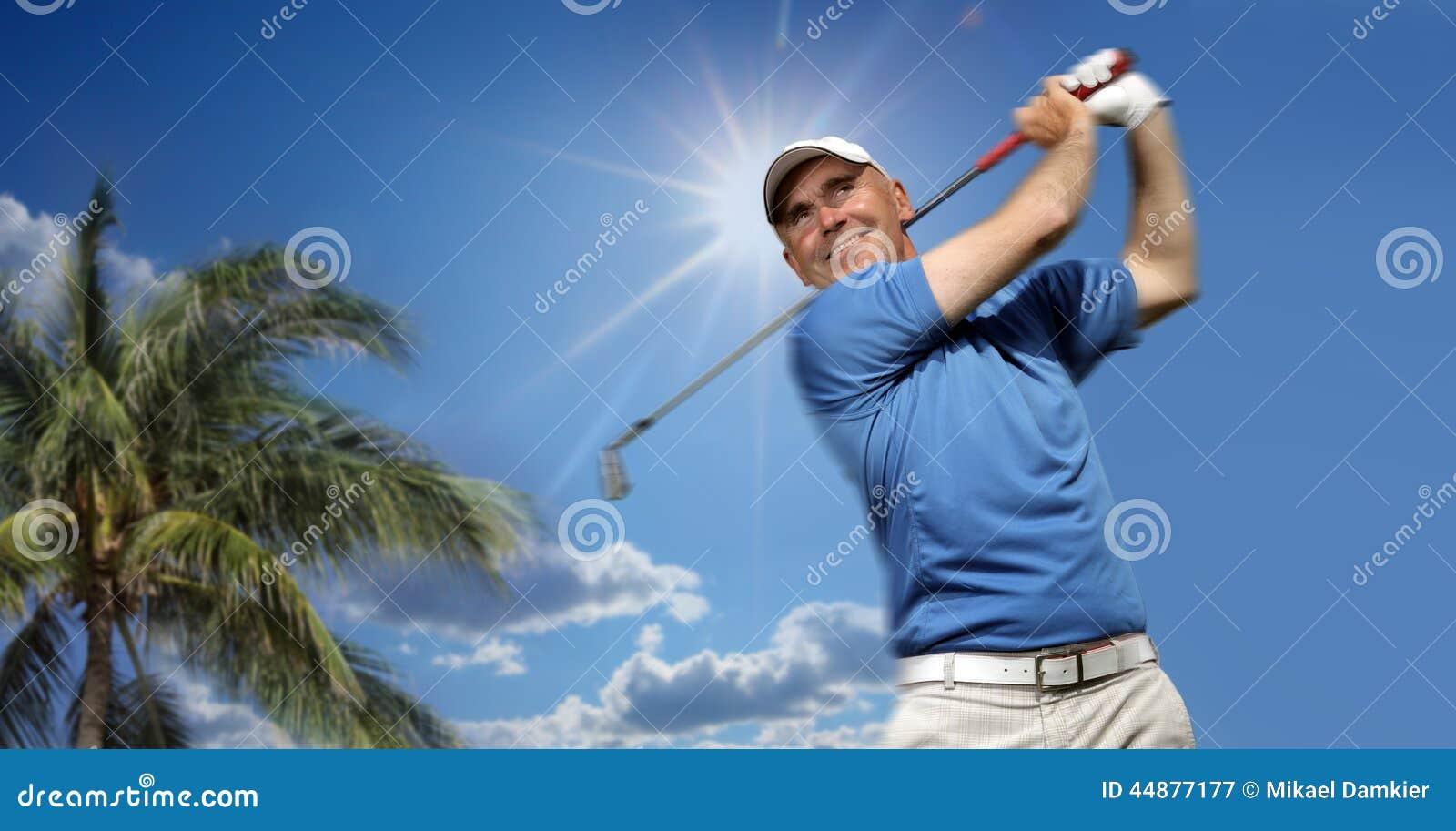 Jogador de golfe que dispara em uma esfera de golfe
