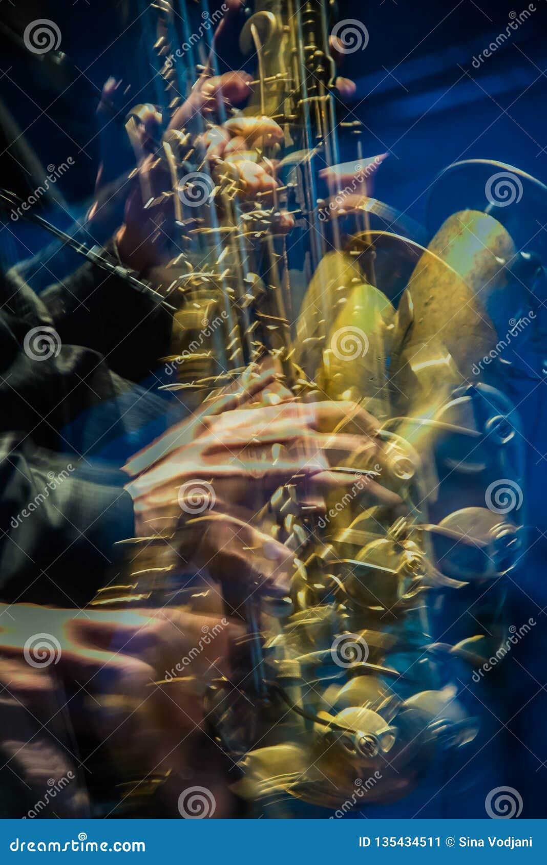 Jogador de saxofone amarelo que vai louco
