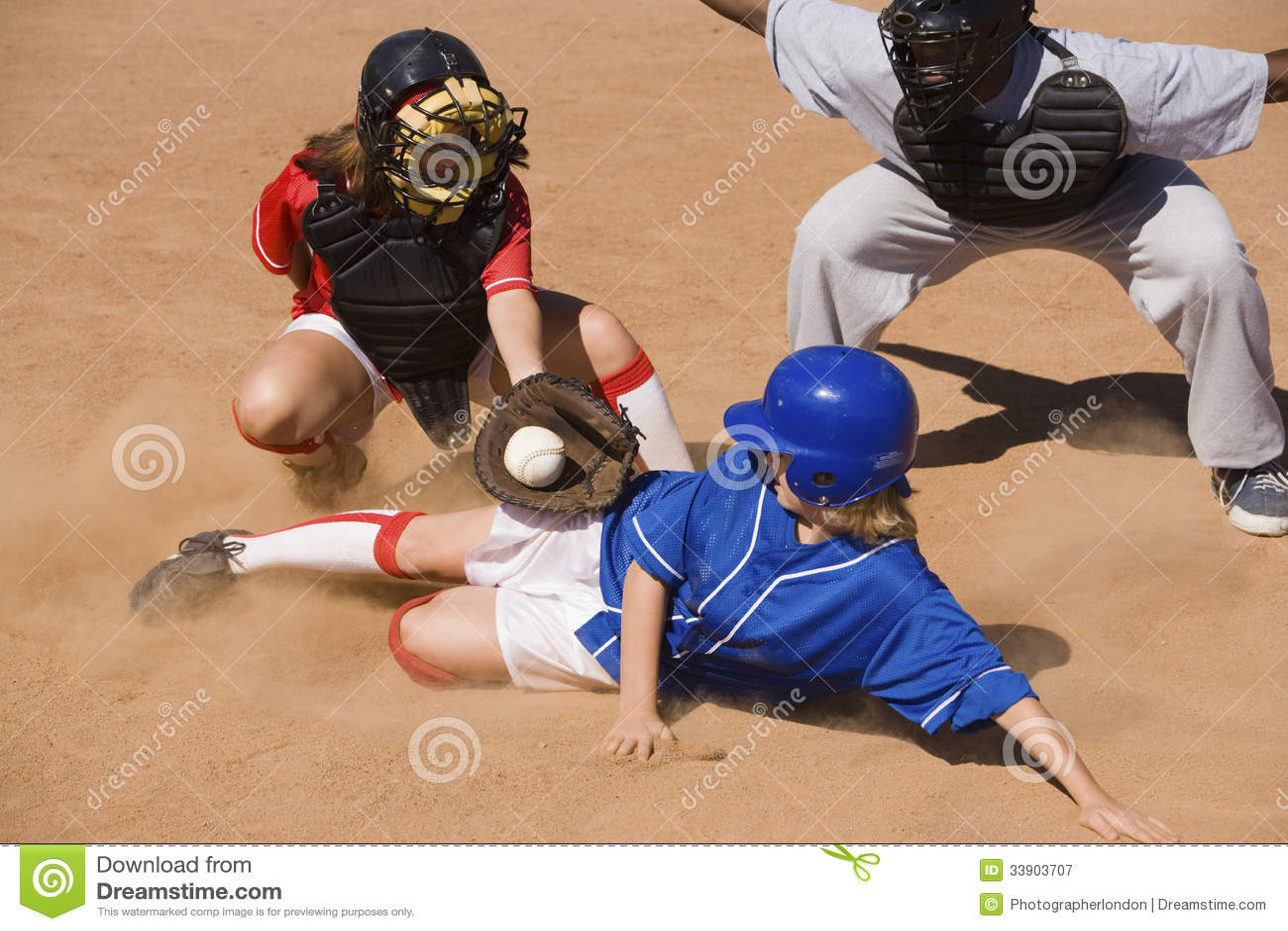 Jogador de softball que desliza na placa home