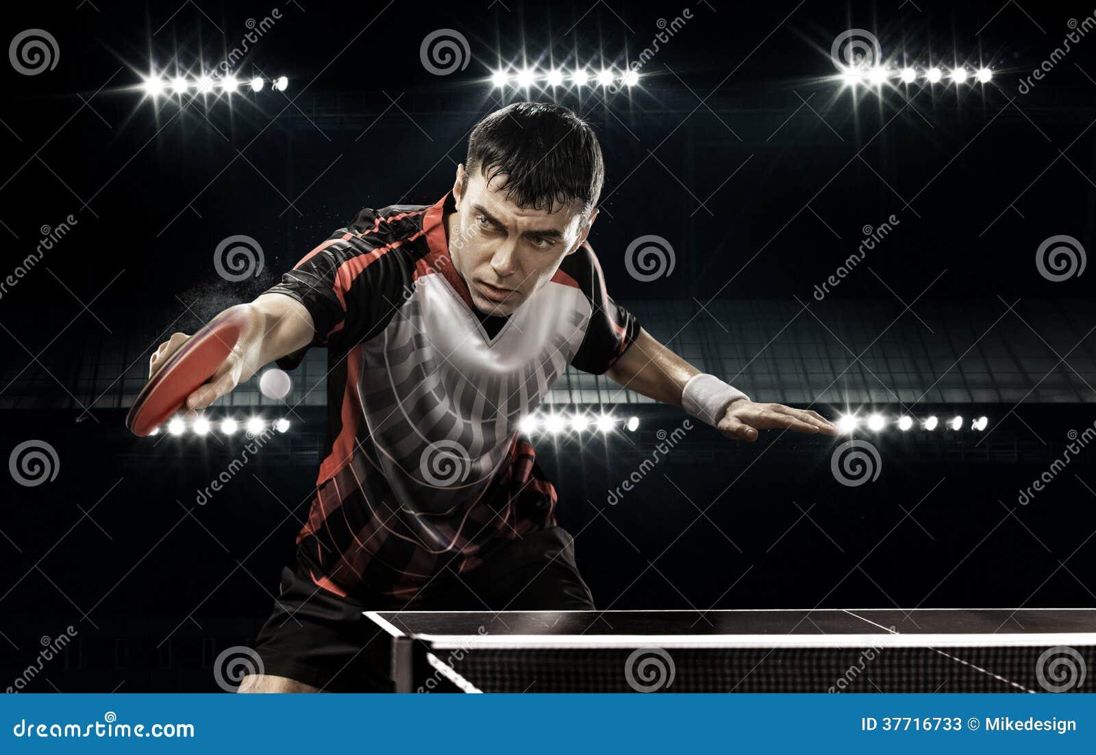 Jogador de tênis do homem dos esportes no fundo preto