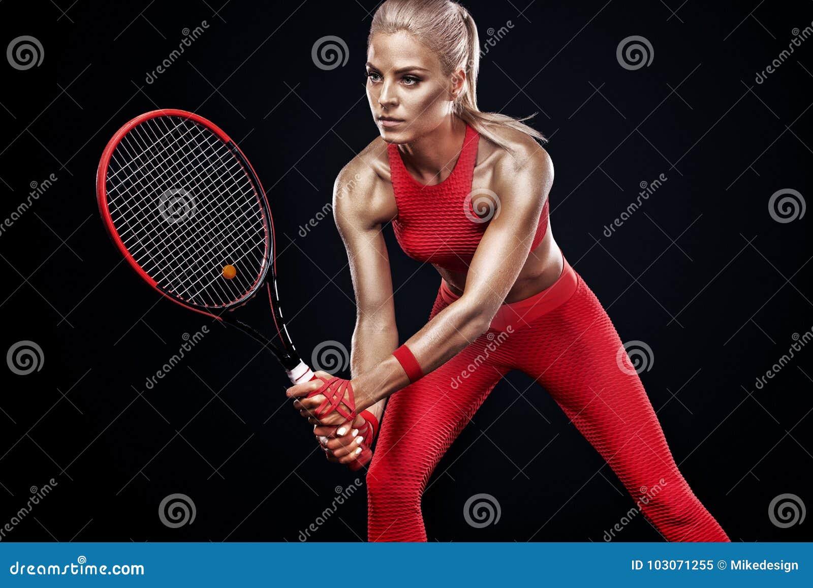 Jogador de tênis louro bonito da mulher do esporte com a raquete no traje vermelho