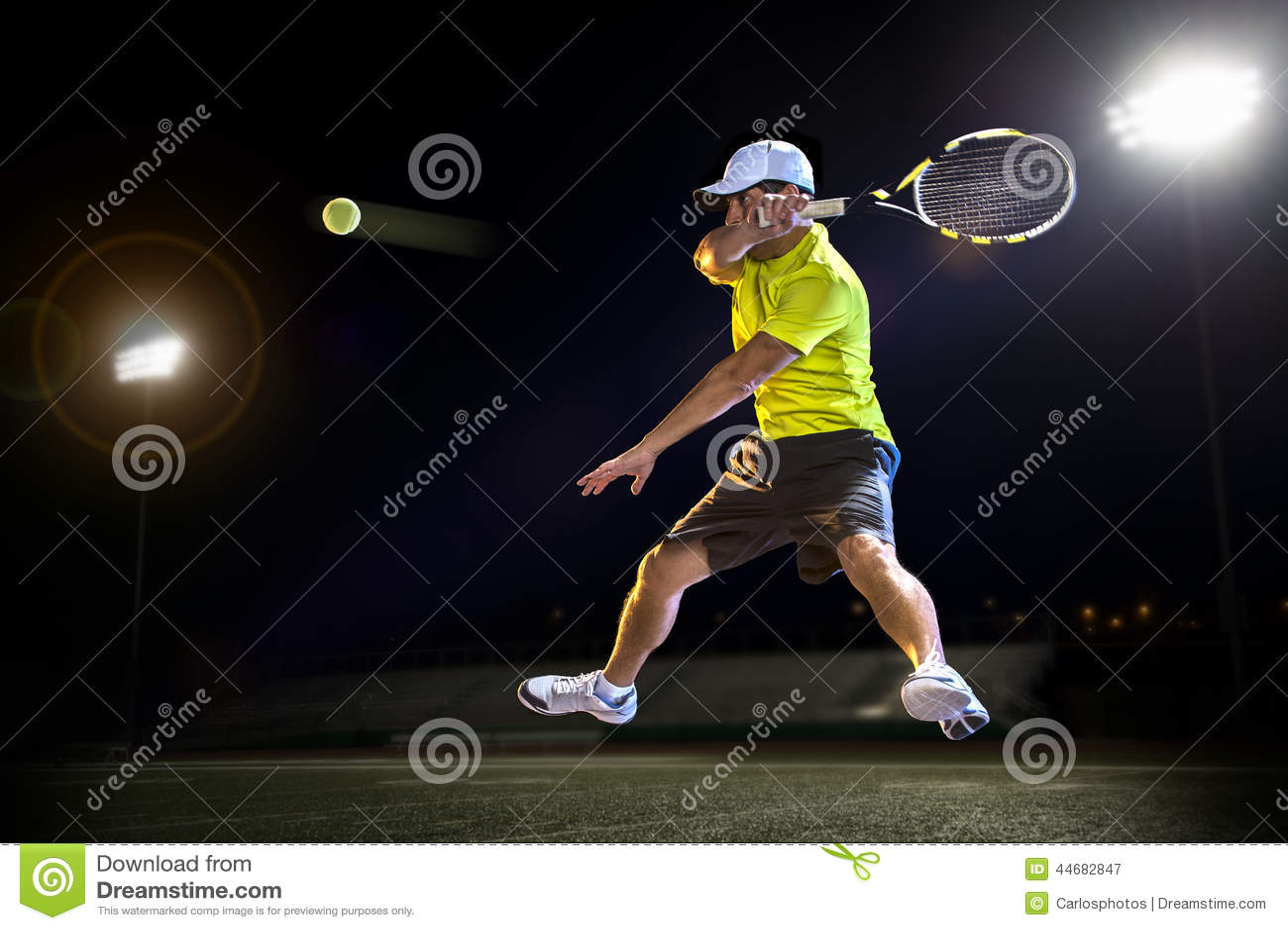 Jogador de tênis na noite