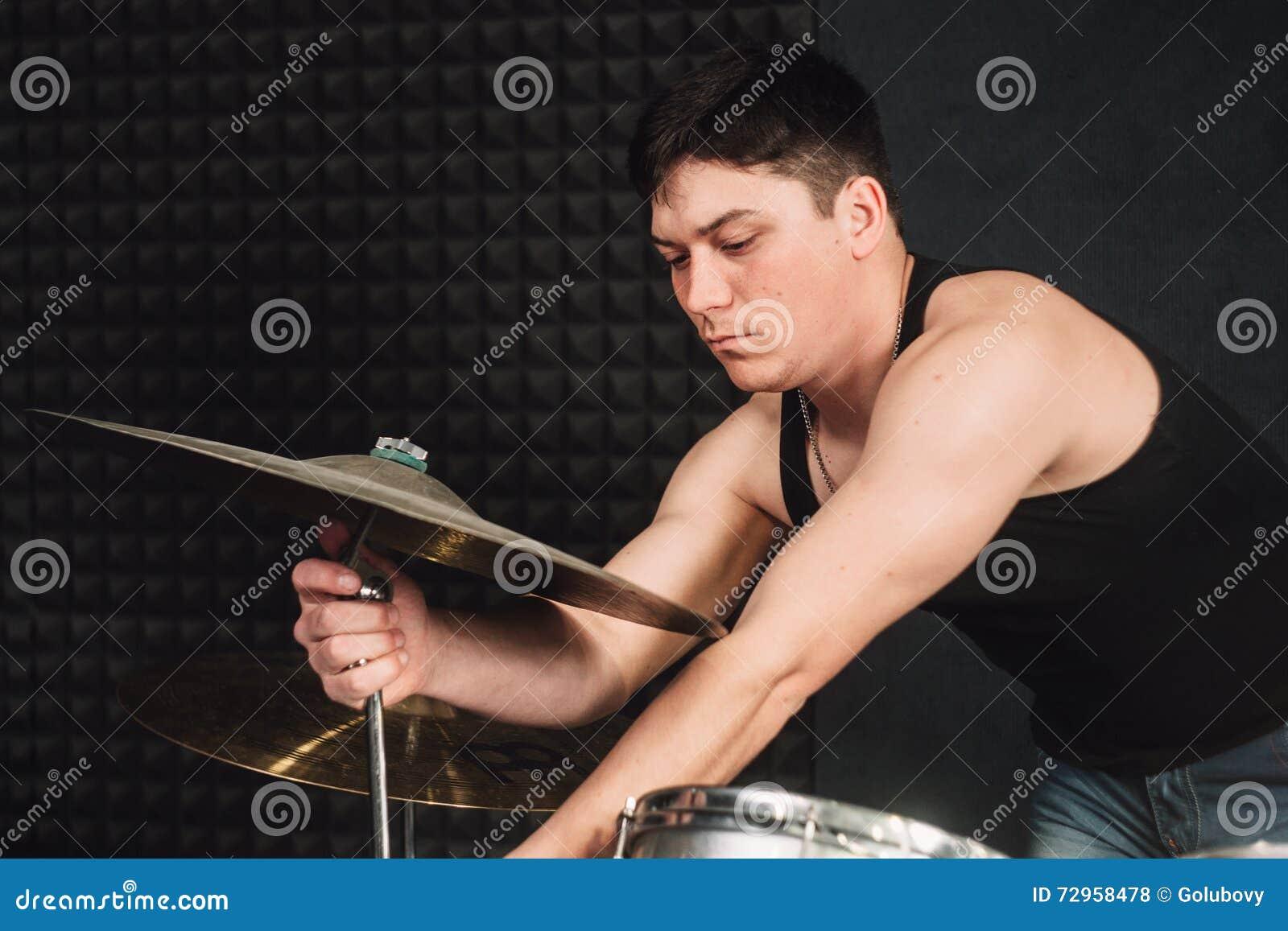 Jogador do cilindro que ajusta seu close-up dos cilindros