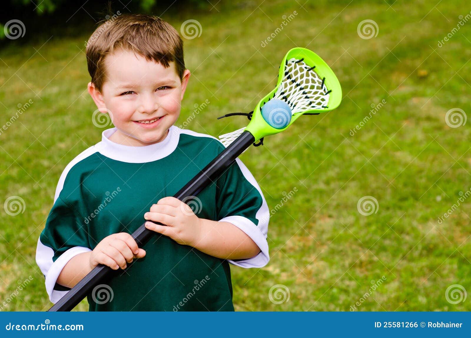 Jogador feliz do lacrosse da criança nova