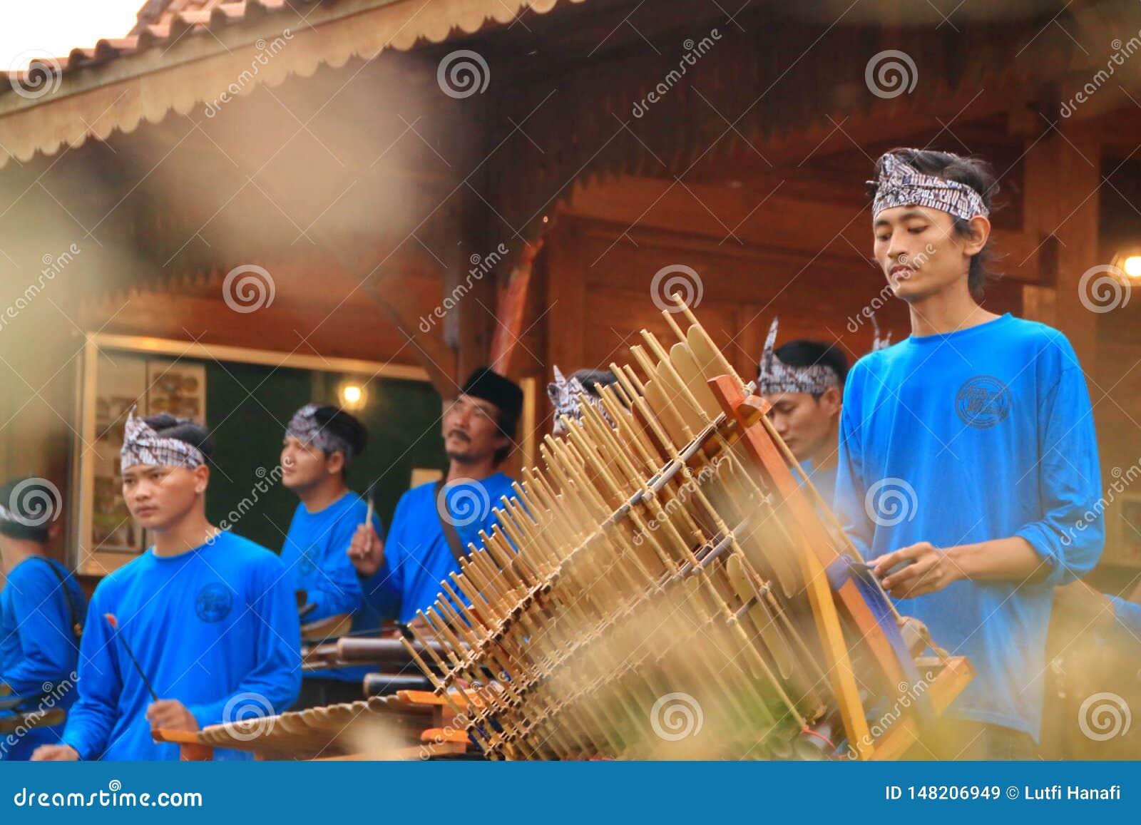Jogadores de Angklung na a??o em um evento