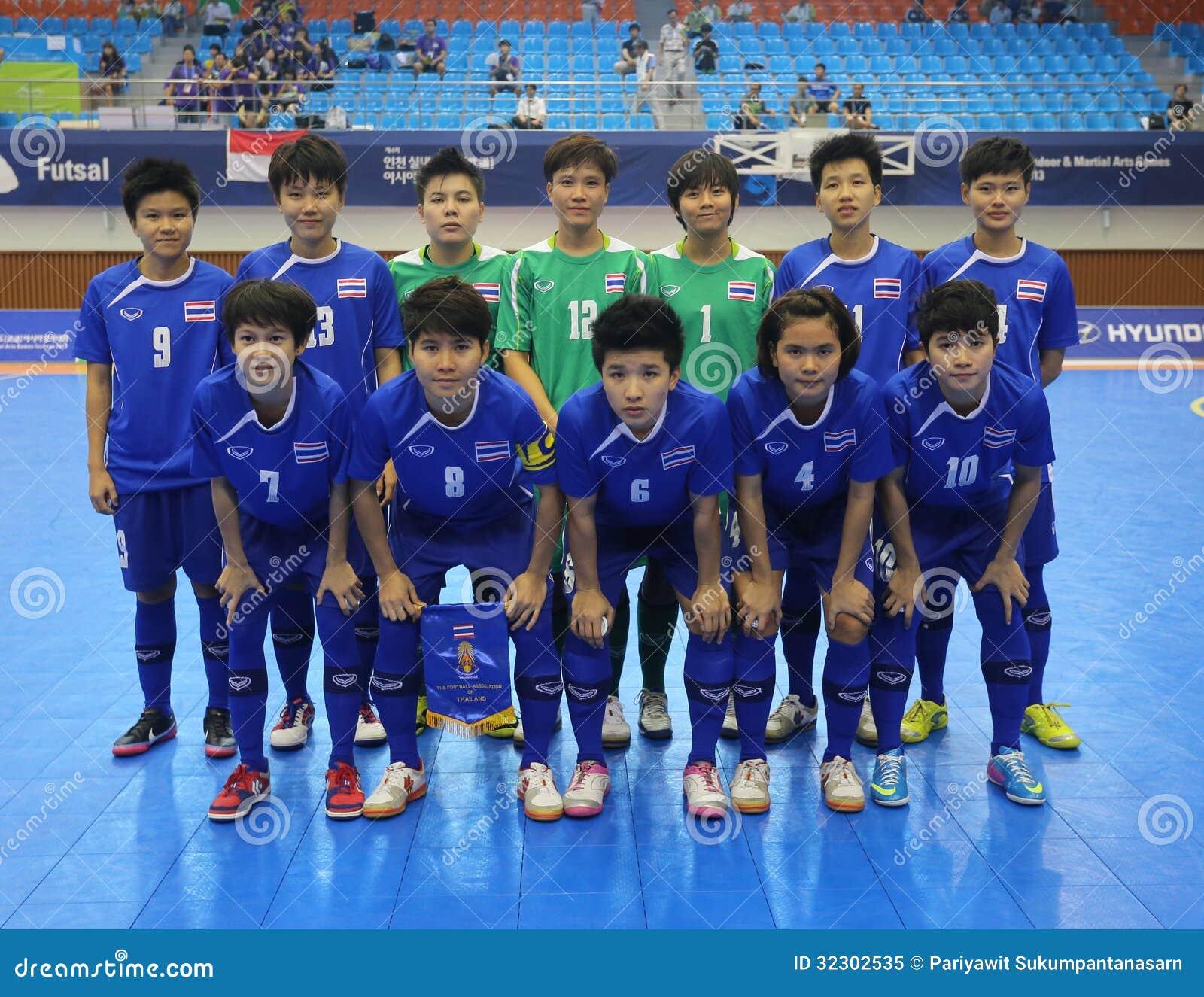 Incheon - 5 de julho  Os jogadores de equipa futsal nacionais de Tailândia  antes da medalha de bronze combinam contra Indonésia em uns 4ns jogos  asiáticos ... b3104a178e647