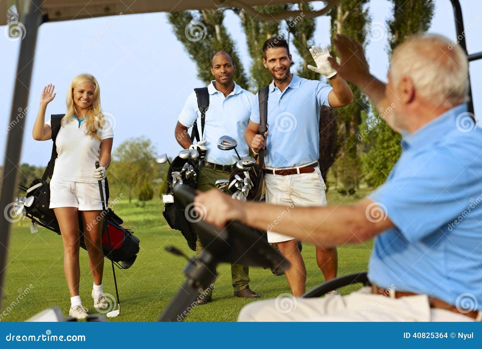 Jogadores de golfe que cumprimentam no campo de golfe