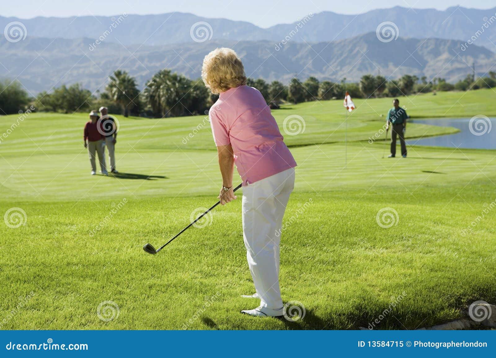 Jogadores de golfe sênior do grupo que jogam o golfe