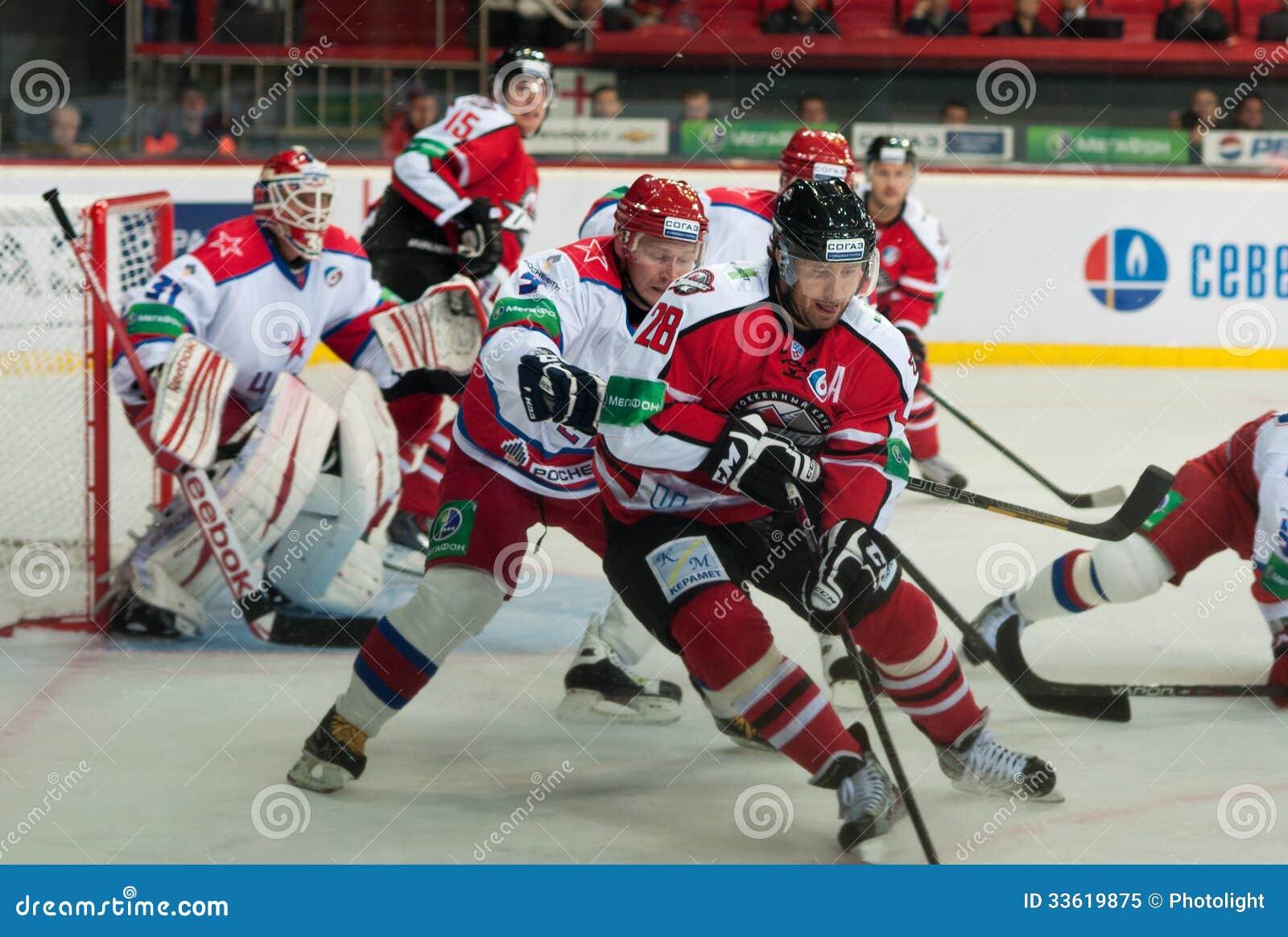 Jogadores de hóquei de CSKA (Moscovo) e a luta de Donbass (Donetsk) para o disco