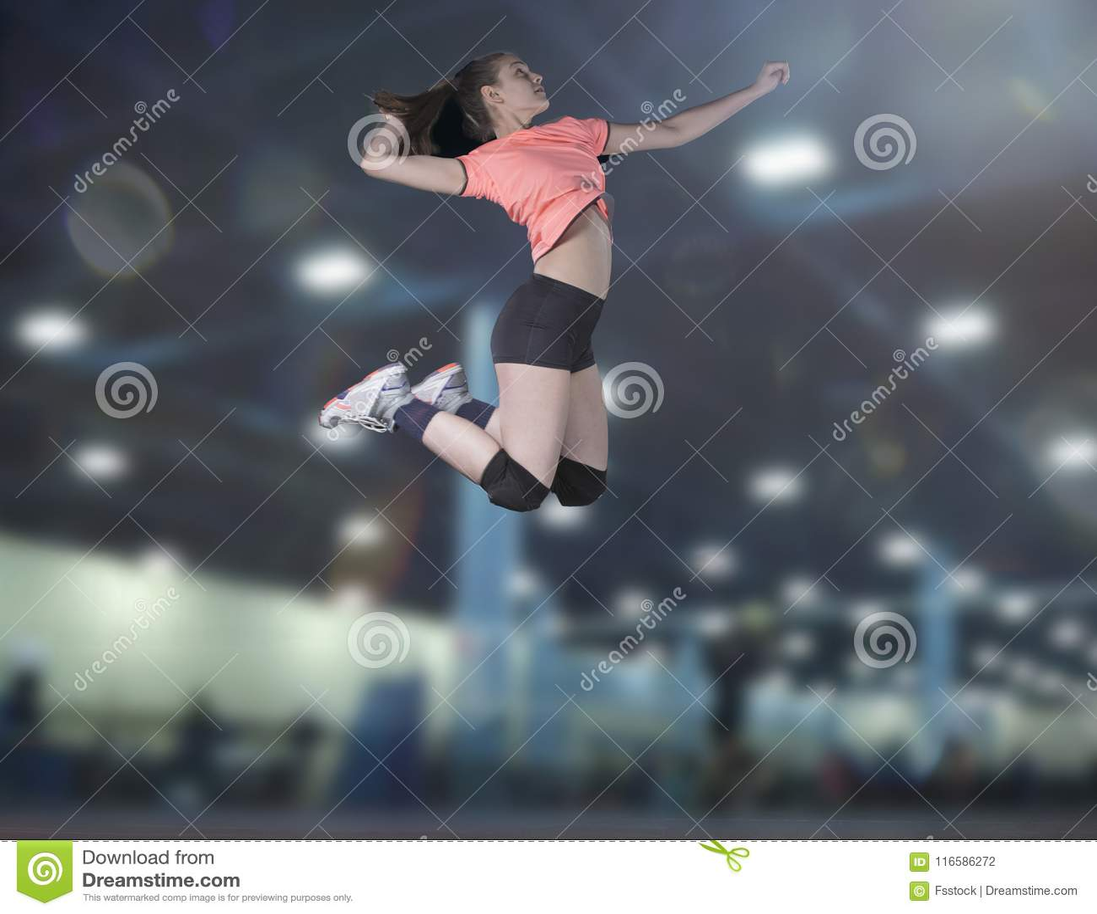 Jogadores de voleibol fêmeas que saltam o close-up na corte do vollayball